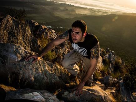 לוחם מארינס באימון טיפוס על הרים