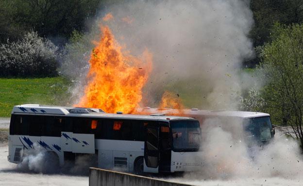 האוטובוס הבוער אחרי הפיצוץ (צילום: רויטרס)