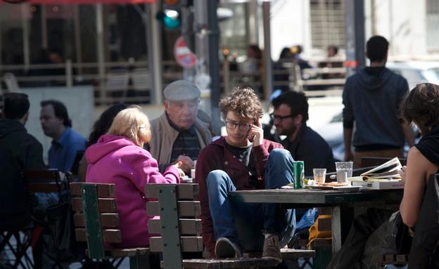 איש עם סלולרי (צילום: עופר וקנין)