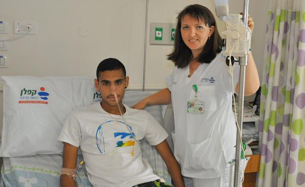 """""""הצילו את חיי"""". הנער בבית החולים (צילום: דוברות בית החולים קפלן)"""