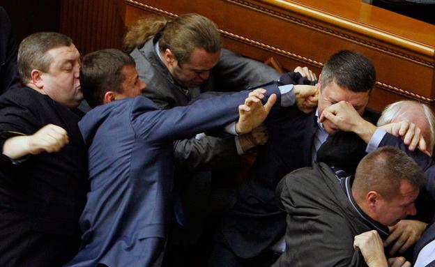 צפו: קטטה המונית בפרלמנט בקייב (צילום: רויטרס)