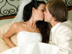 חתן וכלה במיטה - דילמות חתונה (צילום: Nikolay Suslov, Istock)