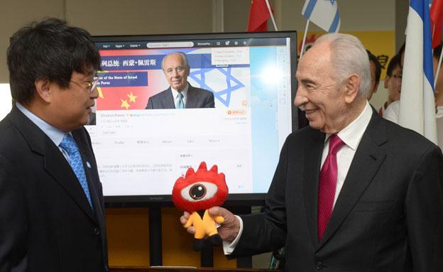 """הנשיא פרס פתח עמוד ברשת החברתית """"ווייבו"""" (צילום: עמוס בן-גרשום/ לע""""מ)"""