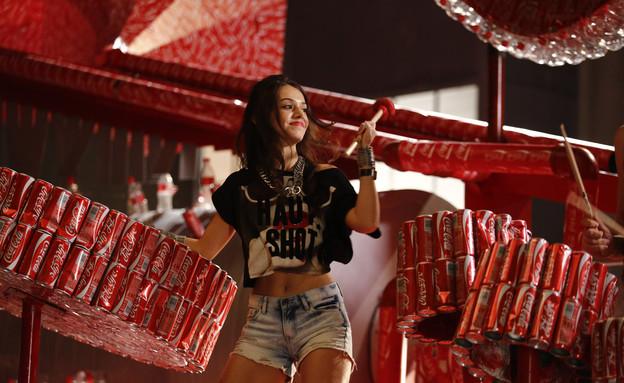 הופעה עם אייטמים ממוחזרים במתחם המחזור של קוקה קול (צילום: סטודיו דחף)