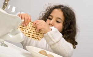 ילדה אוכלת מצה (צילום: אימג'בנק / Thinkstock)