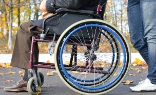 סבא על כסא גלגלים (צילום: ampak, Thinkstock)