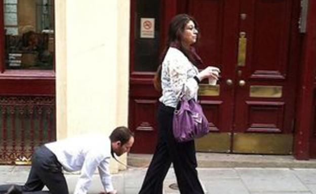 אישה מובילה איש ברצועה  (צילום: רקס)