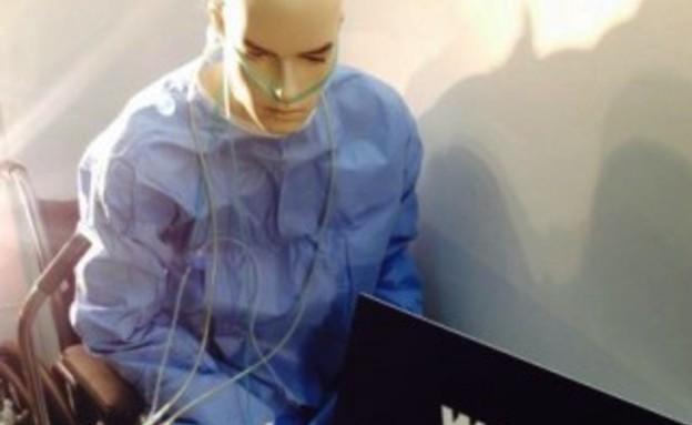 בובת נשא HIV בחלון ראווה (צילום: queerty.com)