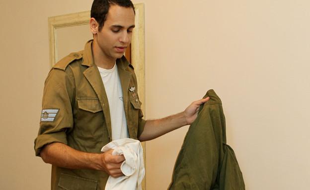חייל אורז תיק לצבא (צילום: עודד קרני)