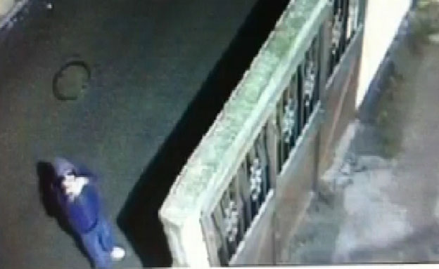 צפו בהשלכת בקבוקי התבערה לעבר ביתו של חבר המועצה (צילום: חדשות 2)