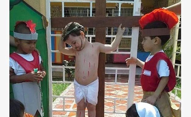ילד צלוב כמו ישו (צילום: MailOnline, צילום מסך)