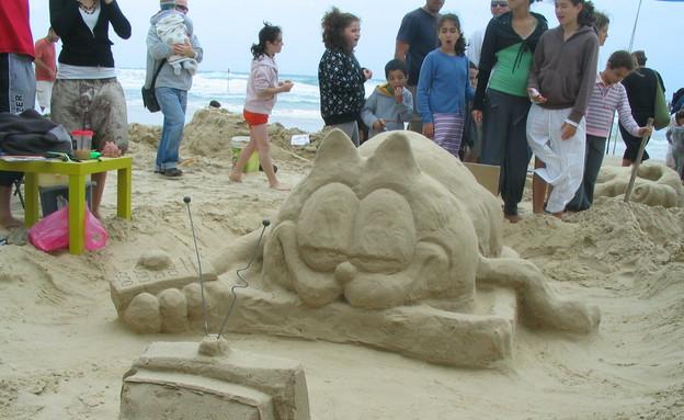 פיסול בחול בחוף פלמחים (צילום: איל מטרני)