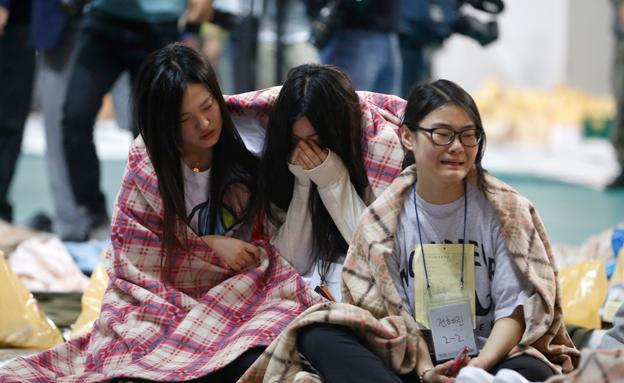 המשפחות מתפללות לנס (צילום: רויטרס)