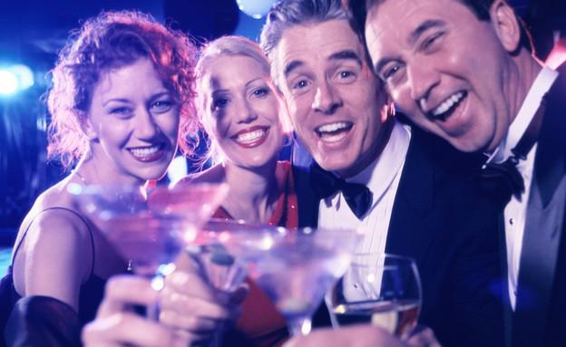צעירים חוגגים במסיבה (צילום: אימג'בנק / Thinkstock)