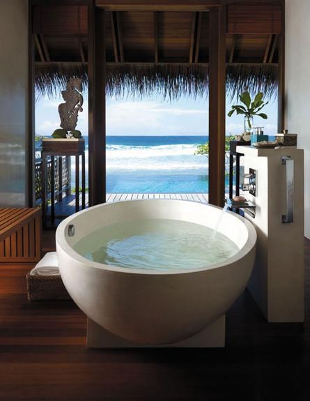 11-אמבטיות עם נוף, מול_הים.www.shangri-la.com (צילום: www.shangri-la.com)