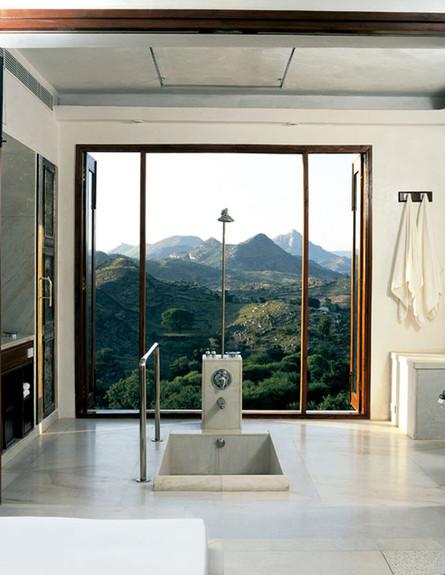 14-אמבטיות עם נוף, לשקוע_בתחושת_פינוק_מול_הנוף.www (צילום: www.lebua.com)