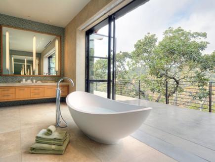 18-אמבטיות עם נוף, האמבטיה_ניצבת_במרכז_החלל.www.dm (צילום: www.dma-sf.com)