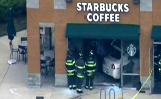 המכונית בתוך בית הקפה