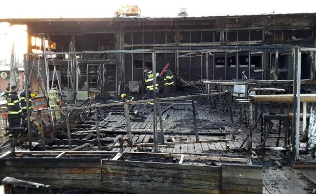 נשרף כליל. מה שנותר מהמבנה לאחר הדליקה (צילום: דוברות כבאות מחוז דן)