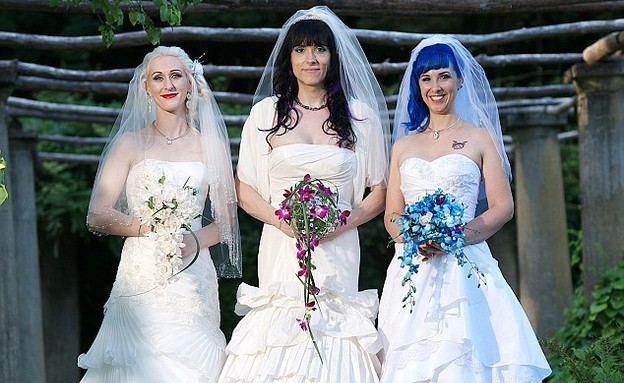 שלישיה לסבית נשואה (צילום: מת'יו גרוקוט)