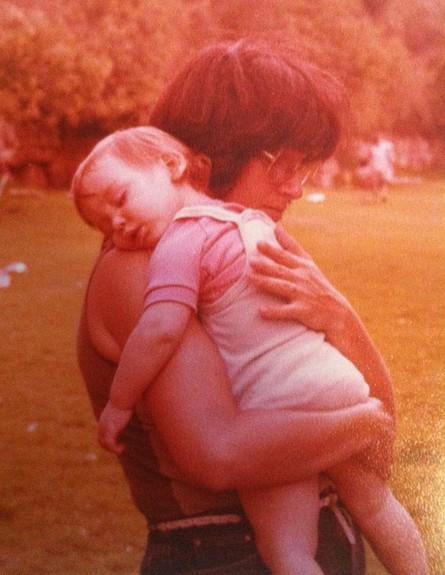 סיון מחבקת את אמא שלה (צילום: תומר ושחר צלמים, צילום ביתי)