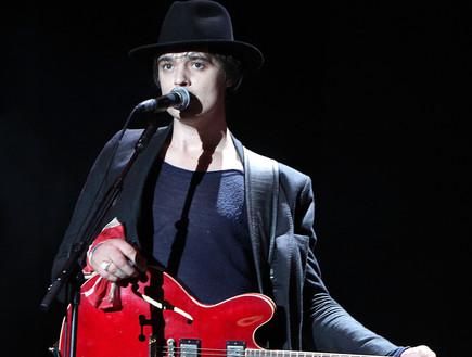 פיט דוהרטי עם גיטרה