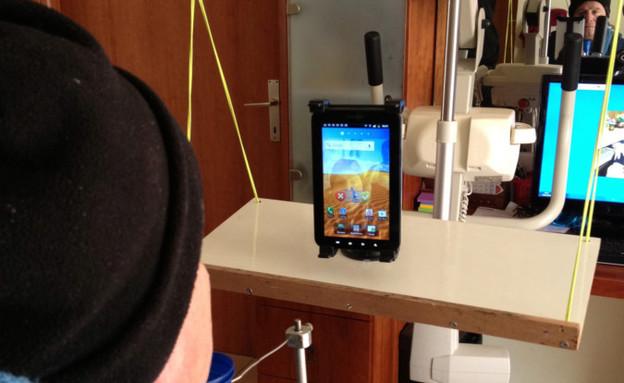 שימוש באפליקציה של Sesame Enable (צילום: עודד בן דב)