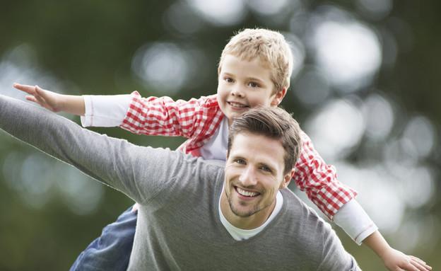 ילד על הגב של אבא שלו (צילום: אימג'בנק / Thinkstock)