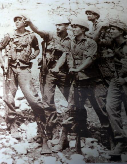 אריק גל עם חברים מהצנחנים