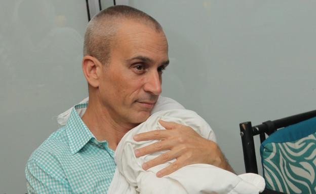אברי גלעד חושף את הבת (צילום: רפי דלויה,  יחסי ציבור )
