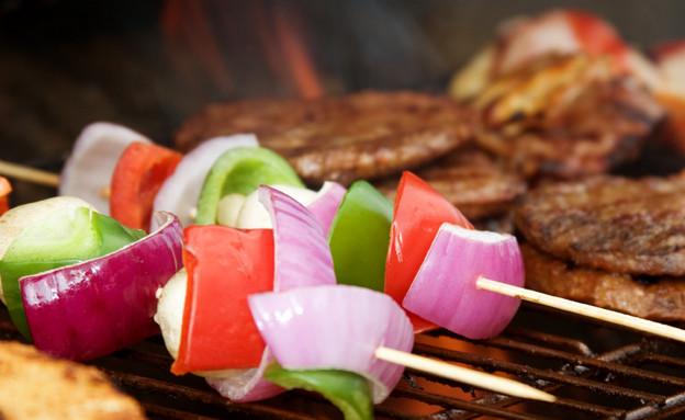 מנגל, שיפודי ירקות על האש (צילום: istockphoto)