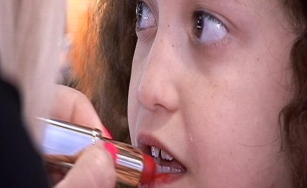 """כתבת מוצ""""ש של דפנה על ילדות מגונדרות (צילום: חדשות 2)"""