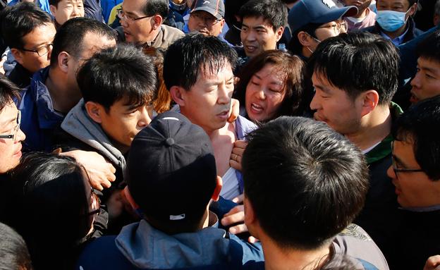 15 אנשי צוות נעצרו. המשפחות הזועמות (צילום: רויטרס)