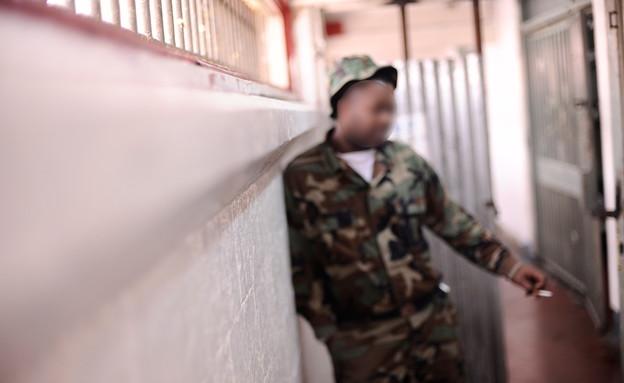 אסיר וסוהרת בכלא 4 (צילום: יעל שלח)