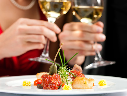 משיקים כוסות יין במסעדה