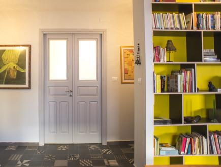 בתים ישראלים - עיצוב חדש דלת ישנה (צילום: סיון אסקיו)