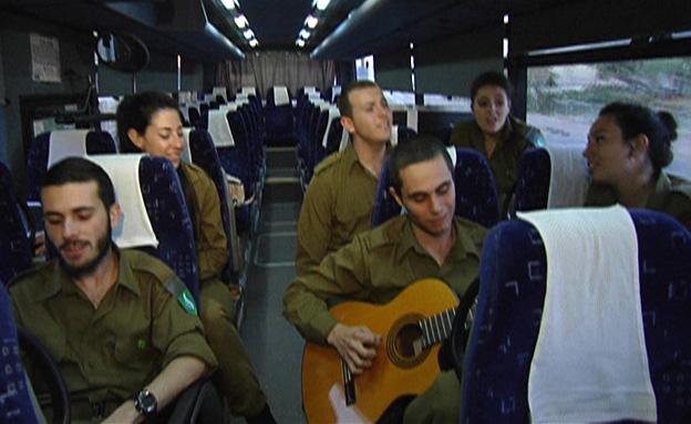 כך מגיעים החיילים המזמרים לבסיסים מרוחקים (צילום: חדשות 2)