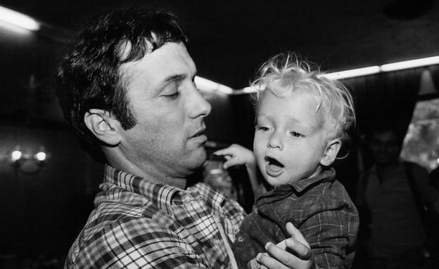 אסי דיין עם בנו ליאור (צילום: פלאש 90, משה שי)