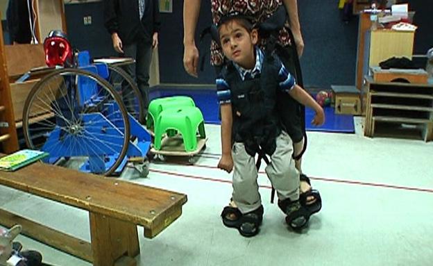 כך יוכלו ילדים בעלי שיתוק ללכת (צילום: חדשות 2)