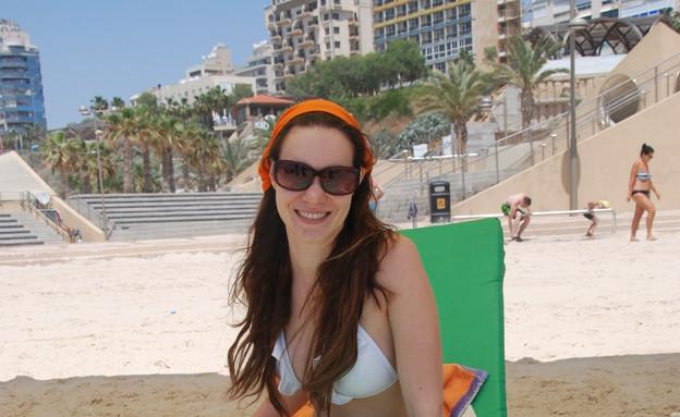 תיירת מזדמנת מריה, על הכיסא (צילום: תומר מרקו)