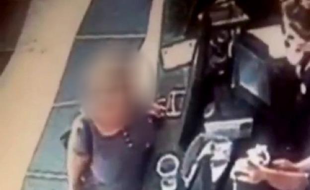 בלי בושה: גנבה טלפון מול המצלמות