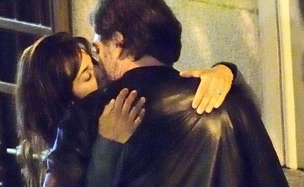 פנלופה קרוז מתנשקת