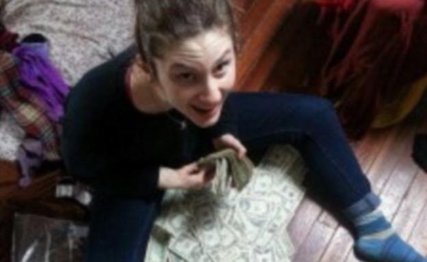 גילו כסף בספה (צילום: The Little Rebellion)