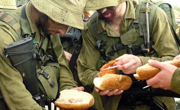 """חיילים אוכלים בשטח (צילום: דובר צה""""ל)"""