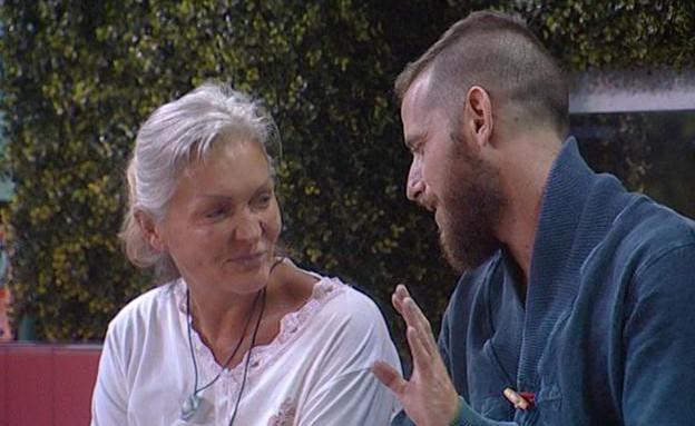 אליאב בשיחה עם אנה ודנית (תמונת AVI: mako בודק)