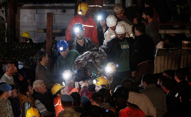 מאמצי החילוץ בסומה (צילום: רויטרס)
