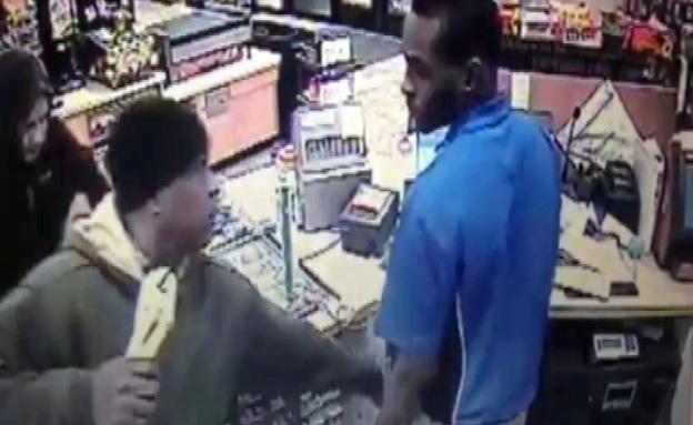 צפו במוכר חובט בשודד (צילום: יוטיוב)