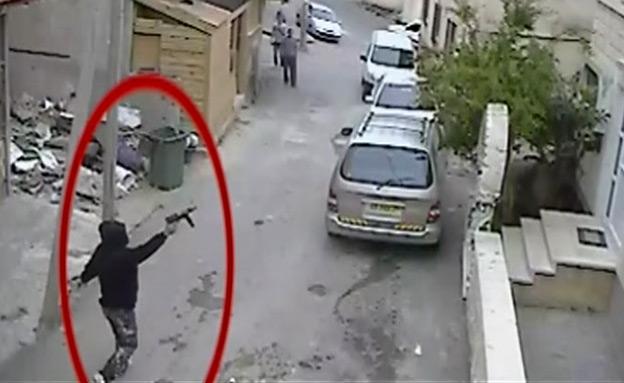כך משתוללים חמושים ברחובות המגזר הערבי (צילום: מצלמת אבטחה)
