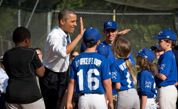 ברק אובמה משחק בייסבול (צילום: AP)