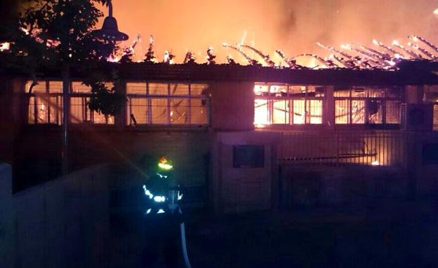 מבנה בית הספר נשרף כליל (צילום: דוברות מחוז מרכז כבאות והצלה)